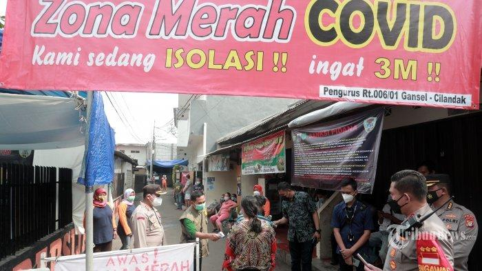 Petugas menerapkan protokol kesehatan pada warga saat berada di zona merah Covid-19 RT 006 RW 01, Gandaria Selatan, Cilandak, Jakarta Selatan, Selasa (22/6/2021). Pemerintah Provinsi DKI Jakarta menerapkan micro lockdown di kawasan tersebut lantaran adanya 17 warga yang positif Covid-19.