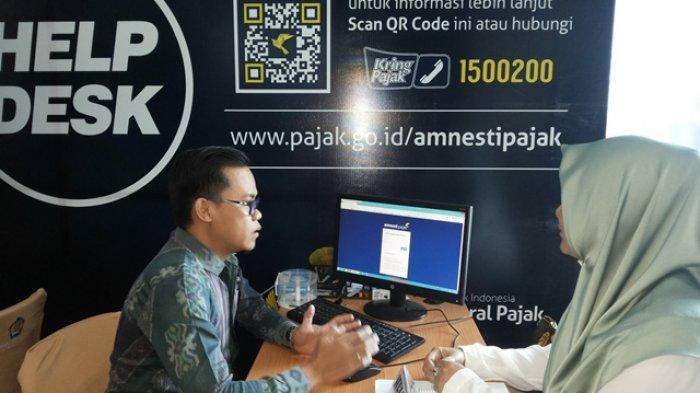 LAYANAN PAJAK - Salah seorang wajib pajak sedang melakukan konsultasi dengan petugas pajak di Kantor Pelayanan Pajak (KPP) Pratama (KPP) Banjarmasin terkait pelaksanaan program tax amnesty.