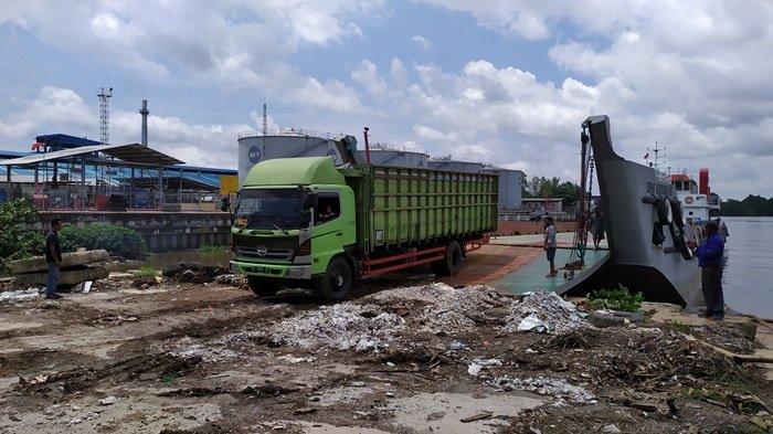Sempat Berhenti Beroperasi 48 Jam, Kapal LCT di Pelabuhan Martapura Baru Kembali Seberangkan Truk