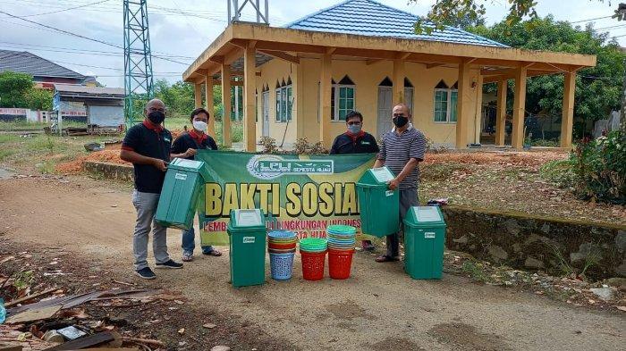 LPLI Semesta Hijau Bagikan Bak Sampah ke Tempat Ibadah di Kota Banjarbaru