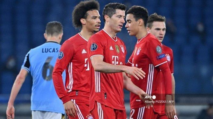 Gelandang Bayern Munchen Leroy Sane, merayakan bersama penyerang Robert Lewandowski, dan rekan satu tim setelah mencetak gol ketiga selama pertandingan sepak bola leg pertama babak 16 besar Liga Champions melawan Lazio pada 23 Februari 2021 di Stadion Olimpiade di Roma.