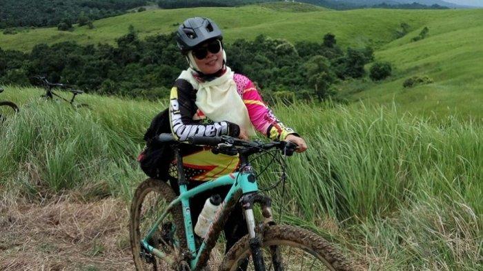Jatuh Keseleo di Bahu Tidak Bikin Tina Jera Mengayuh Sepeda dan Ikut Berbagai Event Gowes
