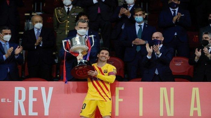 Sebuah gambar yang dirilis oleh Federasi Sepak Bola Spanyol (RFEF) menunjukkan penyerang Barcelona Lionel Messi mengangkat tropi Copa Del Rey (Piala Raja) di depan Raja Felipe VI (belakang C) dan presiden Federasi Sepak Bola Spanyol Luis Rubiales (2ndR) setelah mengalahkan Athletic Bilbao di partai puncak di Stadion La Cartuja di Seville pada tanggal 17 April 2021.