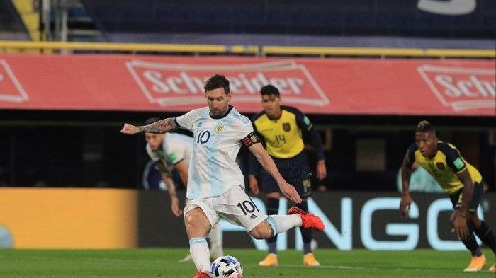 Aksi megabintang timnas Argentina, Lionel Messi, saat menghadapi timnas Ekuador pada Jumat (9/10/10) pagi WIB.