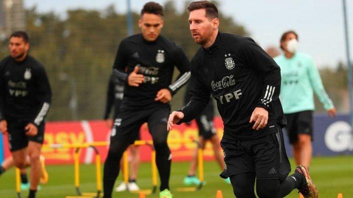 Lionel Messi (depan) dan Lautaro Martinez berlatih bersama di Timnas Argentina persiapan Copa America 2021