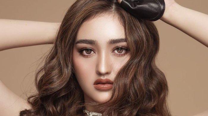 Detail makeup dan gaya rambut Ranty Maria.
