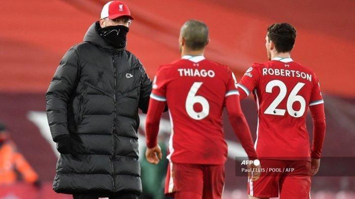 Manajer Liverpool Jurgen Klopp (kiri), memberi selamat kepada Thiago Alcantara (tengah) dan Andrew Robertson (kanan) setelah pertandingan sepak bola Liga Inggris melawan Manchester United di Anfield di Liverpool, 17 Januari 2021