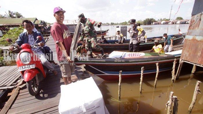 PSU Pilgub Kalsel, Kotak SuaraDiangkut Pakai Kelotok ke Pulau Bromo