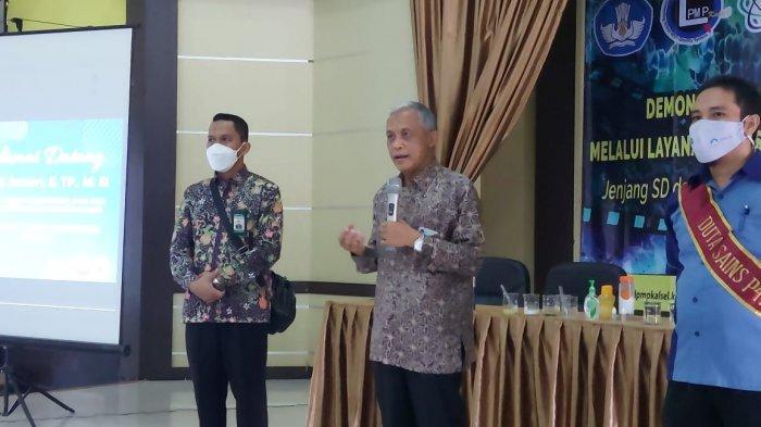 Dirjen Paud  Dikdasmen Kemdikbud, Bapak Jumeri, S.TP., M.Si. saat memberikan sambutan dan motivasi kepada peserta Demonstrasi Sains jenjang SMA di LPMP Kalimantan Selatan (4/5/21).