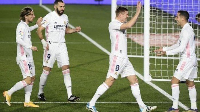 Lucas Vazquez (kanan) merayakan golnya bersama rekan satu timnya pada laga pekan ke-17 Liga Spanyol yang mempertemukan Real Madrid vs Celta Vigo di Stadion Alfredo Di Stefano, Minggu (3/1/2021) dini hari WIB.