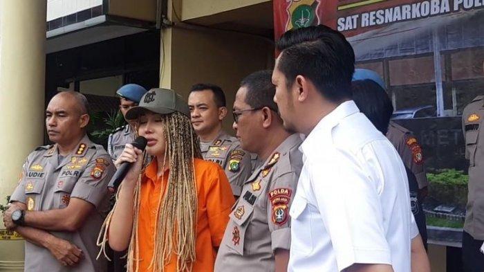 Foto Terbaru Lucinta Luna Saat Pindah Sel Tahanan Beredar, Wajah Pacar Abash Langsung Jadi Sorotan