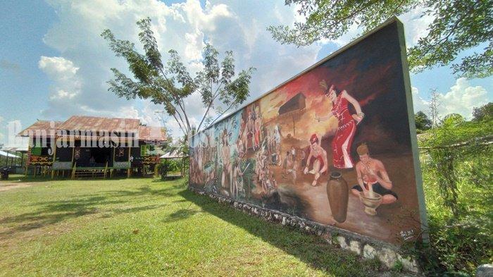 Wisata Kalsel. Lukisan menceritakan sejarah desa di area Balai Adat Dayak Maanyan, Desa Warukin, Kecamatan Tanta, Kabupaten Tabalong, Provinsi Kalimantan Selatan, Selasa (22/6/2021).