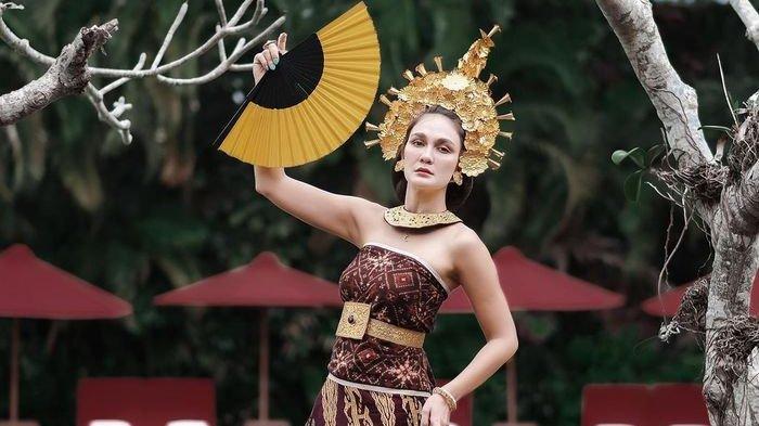 Luna Maya dalam balutan pakaian tradisional Bali.