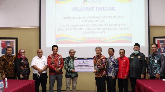 M Agung Purnomo Wakil Ketua DPRD Batola, bersama perwakilan PUPR dan aparat Desa Puntik Tengah, Kecamatan Mandastana, saat meninjau jembatan yang rusak guna pembangunan kembali, Sabtu (18/9/2021).