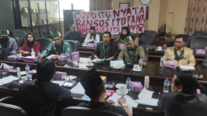 Bawa Spanduk Panjang, Mahasiswa Tuntut Bansos ke DPRD Kalsel