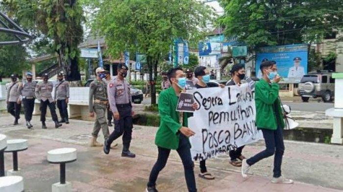 Banjir Kalsel, Mahasiswa yang tergabung Jaringan Mahasiswa Berdikari HST saat menyempaikan aspirasi ke Kantor Pemkab Hulu Sungai Tengah, Kamis 1 April 2021 lalu.