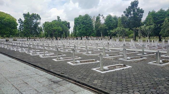 Makam tokoh pahlawan di Taman Makam Bumi Kencana.