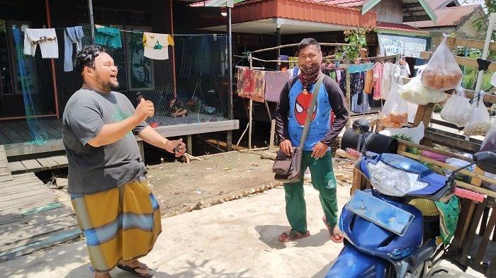 Tampil Nyentrik, Pakai Pupur Basah dan Musik Dj, Pedagang Sayur di Batola Ini Punya Kisah Kelam