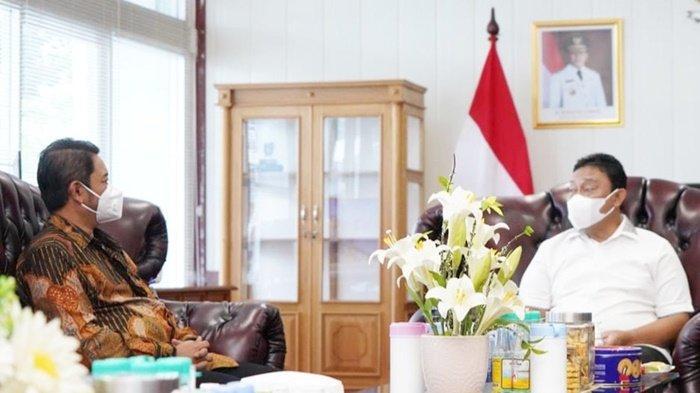Manajemen PT PLN (Persero) Unit Induk Wilayah Kalimantan Selatan dan Kalimantan Tengah (PLN UIW Kalselteng) dialog dengan Wakil Gubernur Kalteng, H Edy Pratowo di sela pemberian bantuan untuk korban banjir di Provinsi Kalimantan Tengah, Jumat (17/9/2021).