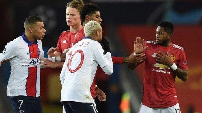 Gelandang Manchester United, Fred (kanan), terlibat insiden dengan beberapa pemain PSG. Manchester United harus mengakui keunggulan 1-3 Paris Saint-Germain saat kedua tim bersua di Stadion Old Trafford, Kamis (3/12/2020) dini hari WIB dalam ajang Liga Champions Grup H