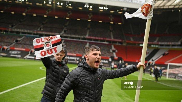 Para pendukung Manchester United memasuki lapangan Stadion Old Trafford sebelum laga melawan Liverpool pada pekan 34 Liga Inggris, Minggu (2/5/2021). Mereka memprotes pemilik Manchester United keluarga Glazers.