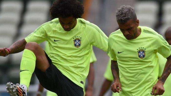 Marcelo (kiri) dan Dani Alves menjalani sesi latihan bersama tim nasional Brasil di Stadion Castelao, 16 Juni 2014.