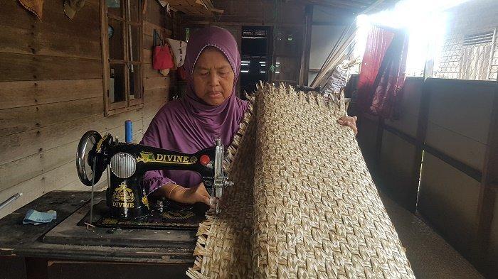 Diberi Gelar Datu Dalit, Produk Tikar Dalit Mariani Dipasarkan hingga Denpasar dan Surabaya