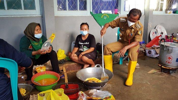 Bantu Relawan Masak di Dapur Umum, Sukamta Dadar Telur Ekstra Jumbo