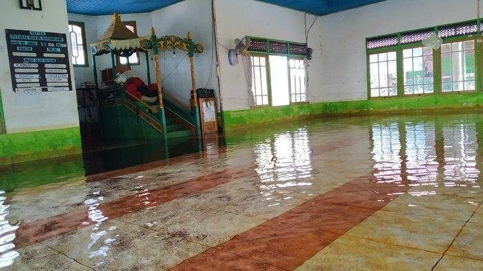 Sempat Viral, Masjid Baiturrahman Mandastana Batola Tergenang Banjir, Tapi Airnya Sangat Jernih