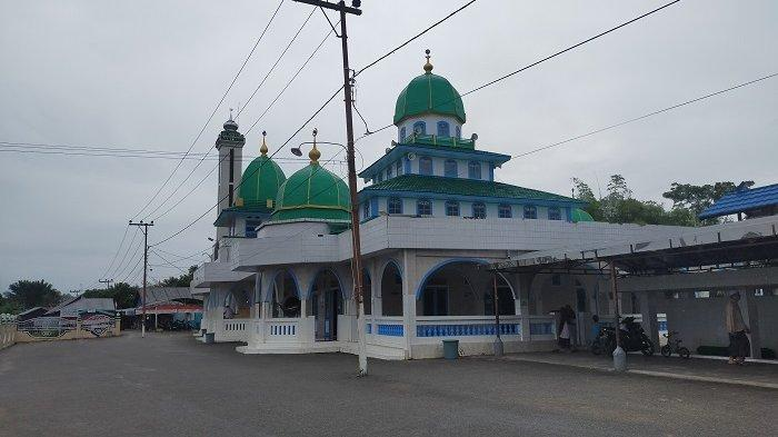 Wisata Kalsel : Berada di Tepi Sungai Nagara, Masjid Jami Sungai Banar HSU Tetap Ramai Pengunjung