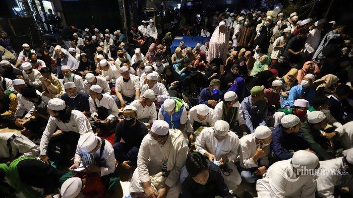 Massa pendukung Front Pembela Islam (FPI) saat menghadiri perayaan Maulid Nabi Muhammad SAW sekaligus pernikahan anak Habib Rizieq Syihab di kawasan Petamburan, Tanah Abang, Jakarta Pusat, Sabtu (14/11/2020).