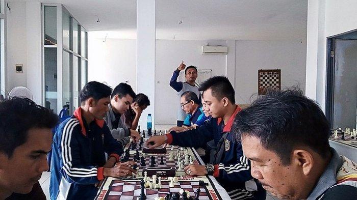 Pecatur Banjarbaru Ini Jadi Pengajar Atlet Catur NPC Banjarmasin