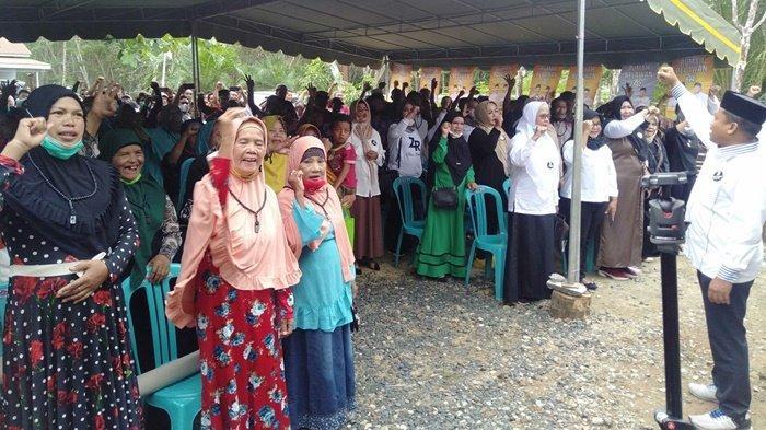 Masyarakat yang beri dukungan kepada Calon Bupati, HM Zairullah Azhar, saat di Kecamatan Sungai Loban, Kabupaten Tanah Bumbu (Tanbu), Kalimantan Selatan.