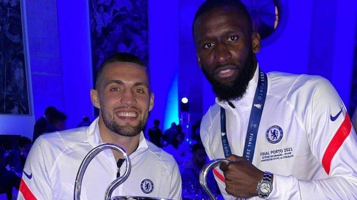 Mateo Kovacic dan Antonio Rudiger membawa tropi Liga Champions 2021. Chelsea juara Liga Champions 2021 setelah mengalahkan Manchester City dengan skor 0-1.