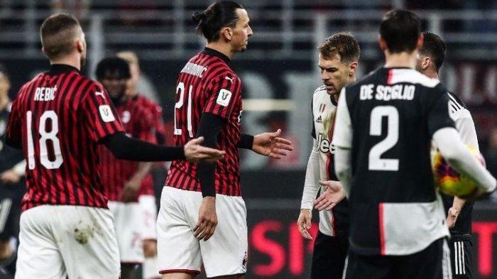 Pemain depan AC Milan asal Swedia, Zlatan Ibrahimovic bereaksi setelah bertabrakan dengan bek Juventus Belanda Matthijs de Ligt selama semifinal Piala Italia (Coppa Italia) pertandingan sepak bola leg pertama semifinal AC Milan vs Juventus Turin pada 13 Februari 2020 di Stadion San Siro di Milan.