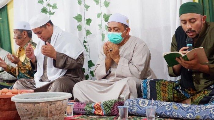 Warga Desa Sungai Jati Kecamatan Mataraman, Kabupaten Banjar bersama Habib Idrus bin Ali Al-Habsy rayakan maulid Nabi SAW, Kamis (22/10/2020)