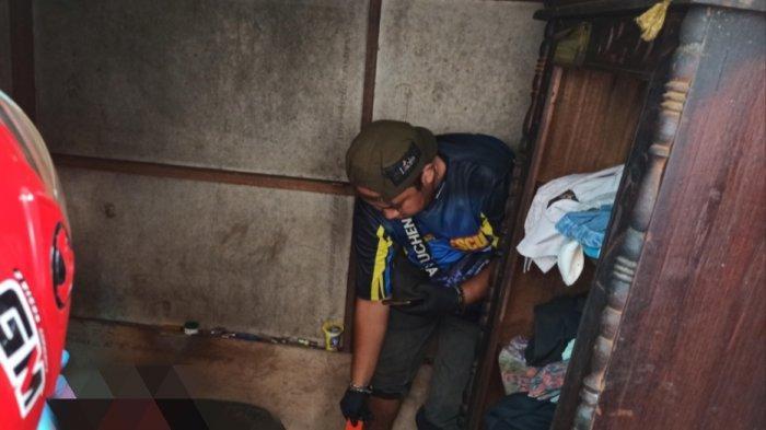 Sugiannoor (55) seorang duda ditemukan tak bernyawa di kediamannya  Selasa (13/4/2021) sekitar pukul 11.30 Wita di Jalan Sungai Pahalau Kelurahan Pekauman RT. 26 RW. 06, Banjarmasin Selatan.