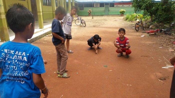 Permainan Tradisional Ini Masih Dimainkan Oleh Anak Anak Desa Tanah Habang Kanan Banjarmasin Post