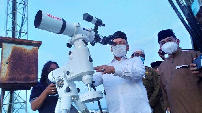 Kepala Kanwil Kemenag Kalsel H Noor Fahmi (tengah) saat memantau hilal 1 Ramadhan 1442 H, Senin (12/4/2021).