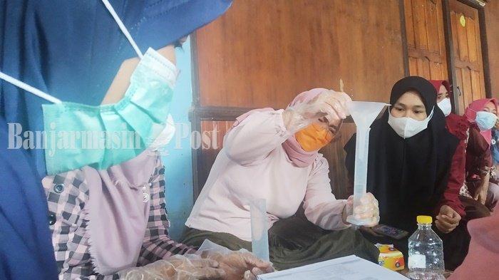 Warga mengikuti pelatihan membuat handsanitizer dari bahan lidah buaya dan kulit limau kuit di Desa Tabing Rimbah, Kecamatan Mandastana, Kabupaten Barito Kuala (Batola), Provinsi Kalimantan Selatan, Sabtu (4/9/2021).
