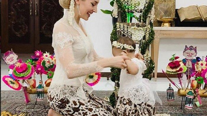Menantu Bule Mayangsari Tuai Pujian, Istri Panji Trihatmodjo Cantik Berkebaya Gelar Tedak Siten