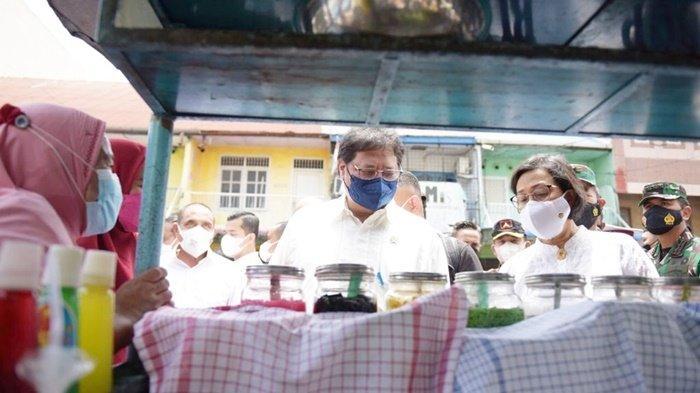 Menteri Koordinator Bidang Perekonomian, Airlangga Hartarto, didampingi Menteri Keuangan Sri Mulyani, dialog dengan seorang penjual minuman di Kota Medan, Provinsi Sumatera Utara, Kamis (9/9/2021).