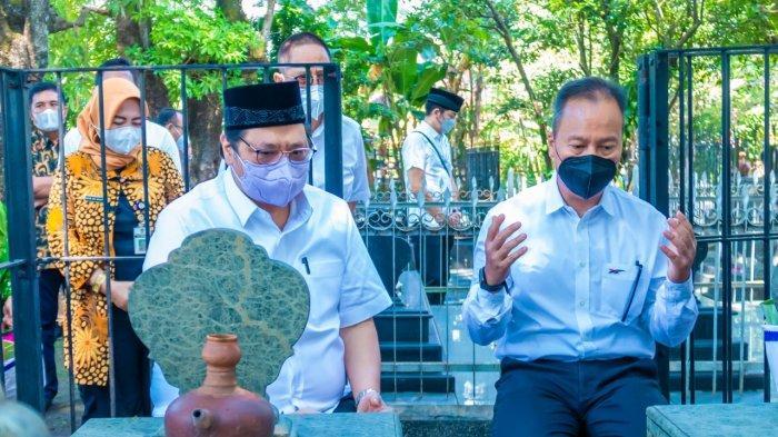 Menko Perekonomian Airlangga Hartarto, yang akan menghadiri sejumlah acara di Kota Surakarta, menyempatkan diri berziarah ke Komplek Pemakaman Astana Oetara, Surakarta, Jumat (18/6). Dari situ diketahui bahwa Airlangga masih ada keturunan dari Trah Mangkunegara