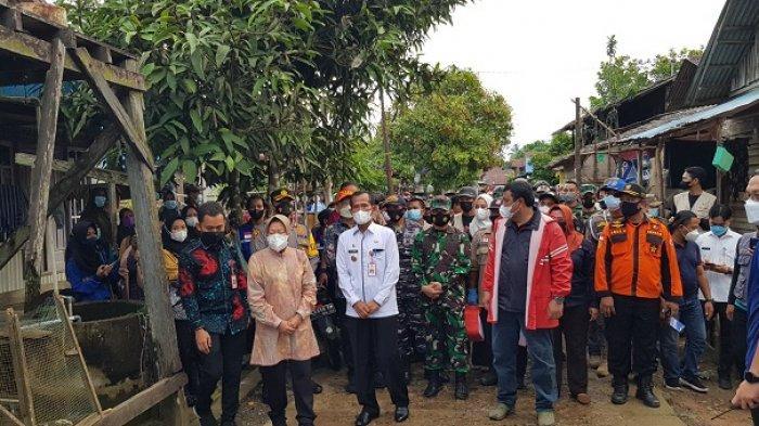Kunjungi Lokasi Langganan Banjir di Tanahlaut Kalsel, Mensos Risma Disambut Antusias Warga