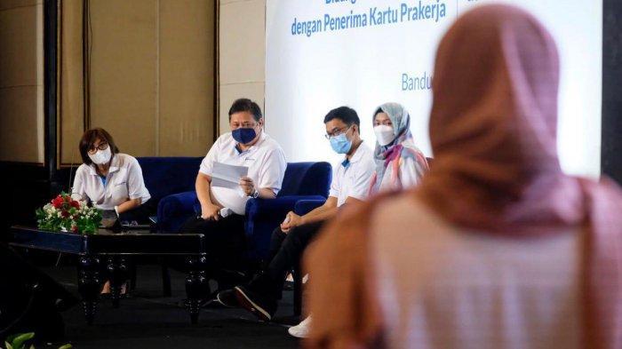 """Menteri Koordinator Bidang Perekonomian dalam talkshow yang bertajuk """"Antara Tren, Produk dan Konsumen"""" di Bandung dan dihadiri oleh alumni Kartu Prakerja, Jumat (4/6)."""