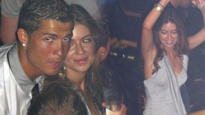 Menurut akun Instagram @@soccer90news, ini adalah foto ketika Cristiano Ronaldo berpesta bersama Kathryn Mayorga di Las Vegas, pada Juni 2009. Cristiano Ronaldo dilaporkan telah memerkosa Kathryn Mayorga di tengah pesta yang berlangsung di Las Vegas itu.