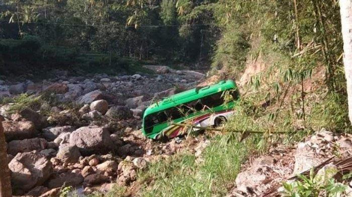 Ajaib, Terjun ke jurang sedalam 20 meter di Pacitan, Penumpang Minibus Ini Selamat