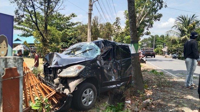 Hindari Pesepeda Motor Berbelok, Minibus Tabrak Pagar Kantor SKB Kabupaten Tapin