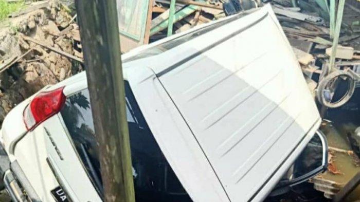 Terperosok Lalu Terguling, Avanza Putih Tabrak Rumah Warga di Sungai Kupang HSS