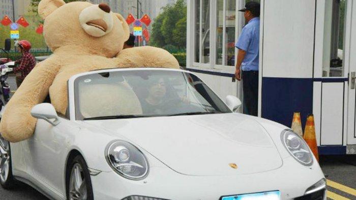Heboh Pemuda Crazy Rich Surabaya Naik Porsche dan Bagikan Uang di Jalan Saat Pandemi Virus Corona